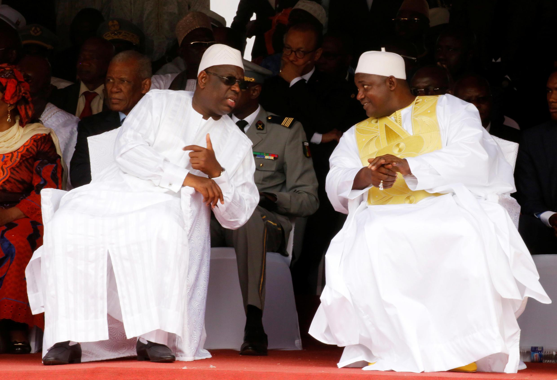 Macky Sall (g) et  Adama Barrow (d), au Stade de l'Indépendance de Bakau, en Gambie, le 18 février 2017.