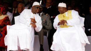 Macky Sall (g) et  Adama Barrow (d) au Stade de l'Indépendance de Bakau, en Gambie, le 18 février 2017.