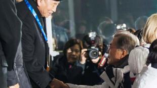 Президент Южной Кореи Мун Чжэ Ин пожимает руку представителю северокорейской делегации на Олимпиаде, генералу Киму Йону Чхолю