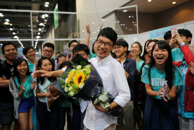 Nathan Law, 23 anos, comemora vitória nas eleições parlamentares em Hong Kong.