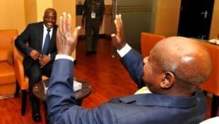 Raisi wa Uganda Yoweri Museven alipokuwa katika mazungumzo na raisi wa DR Congo Jeseph Kabila