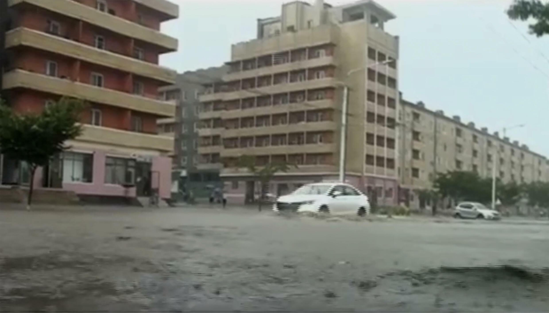 鹹鏡南道一處水淹街景,由朝鮮中央電視台播放,美聯社轉載時間為2021年8月6日。