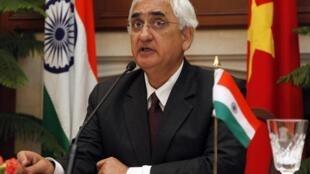 O ministro das Relações Exteriores, Salman Khurshid se diz preocupado com a violação de tregua na Caxemire