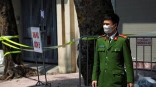 Công an Việt Nam canh phòng trước nhà một người bị nhiễm virus corona ở Hà Nội. Ảnh ngày 09/02/2020.
