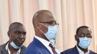 Didier Drogba (au centre), lors du dépôt de son dossier de candidature à la présidence de la Fédération ivoirienne de football.
