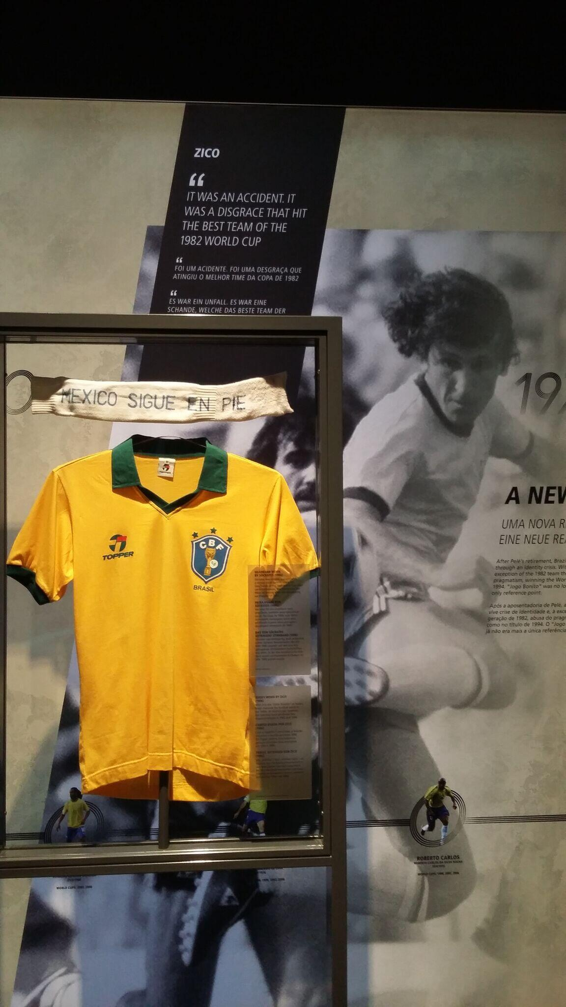 A camisa da seleção brasileira foi mostrada na sessão dedicada à história do futebol no país.
