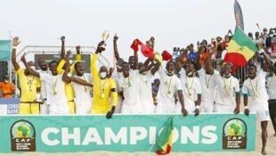 Les joueurs du Sénégalais fêtant leur victoire en finale de la Coupe d'Afrique des nations de beach soccer, le 29 mai 2021.