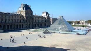 O Museu do Louvre em Paris é um dos mais visitados do mundo