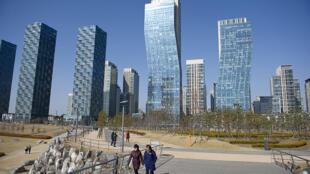 Près de Séoul, une ville entière, baptisée Songdo, proposent aux habitants une gestion de l'eau, de l'électricité ou des ordures innovantes. Les poubelles ne sont plus ramassées via des camions mais via un système souterrain .