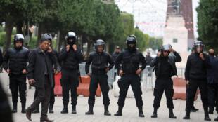 Vikosi vya usalama vikitumwa wakati wa maandamano Tunis, Tunisia.
