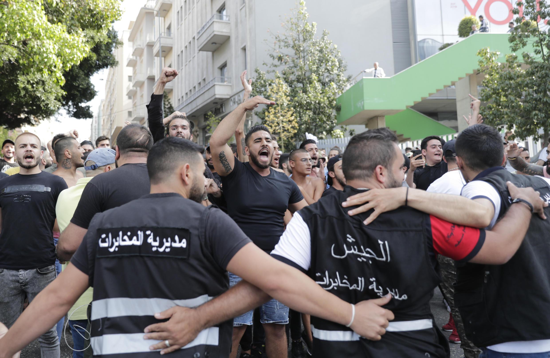 El ejército libanés forma una cadena para bloquear a los partidarios de los movimientos chiitas libaneses Hezbolá y Amal que gritan lemas contra los manifestantes antigubernamentales en Beirut, el 6 de junio de 2020