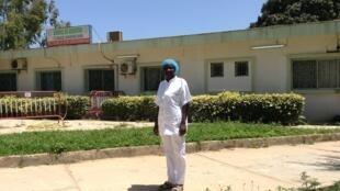 L'infirmière Marie-Antoinette Vieira Mané devant l'unité de gériatrie du Centre hospitalier national universitaire de Fann, à Dakar, transformé en unité de prise en charge des patients atteints du Covid-19. Dakar, le 4 mai 2020.