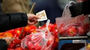 北京一個菜市場顧客買西紅柿2014年2月14日