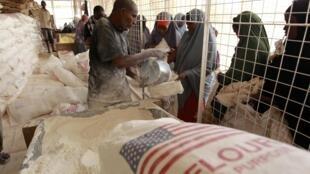 Распределение муки на складе Всемирной продовольственной программы ООН