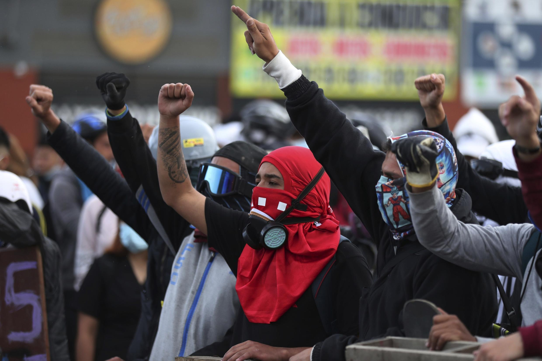 Manifestantes gritan consignas durante una protesta antigubernamental en Bogotá, Colombia, el lunes 10 de mayo de 2021.