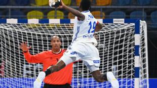L'ailier droit de l'équipe de France de handball, Luc Abalo, s'apprête à marquer face au gardien portugais Alfredo Quintana, lors du Mondial de handball, le 24 janvier 2021 dans la Ville du 6 Octobre, un faubourg proche du Caire