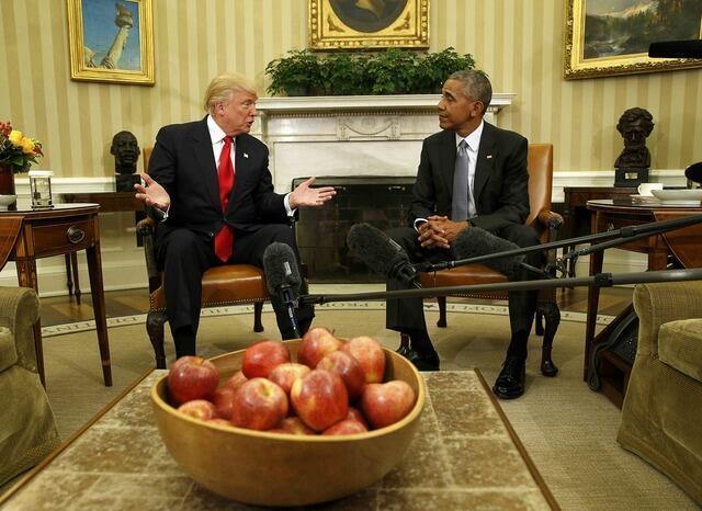 Tổng thống Hoa Kỳ mãn nhiệm Barack Obama (phải) tiếp tổng thống đắc cử Donald Trump tại Nhà Trắng, 10/11/2016.
