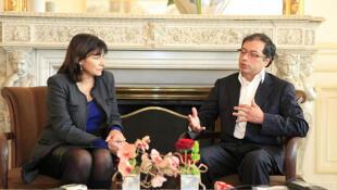 El alcalde electo de Bogotá, Gustavo Petro, fue recibido por Anne Hidalgo en la Alcaldía de París el 30 de noviembre de 2011.