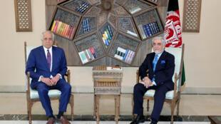 Zalmay Khalilzad (izq) se reúne con Abdulá Abdulá, presidente del Consejo para la Reconciliación Nacional de Afganistán, el 1 de marzo de 2021 en Kabul