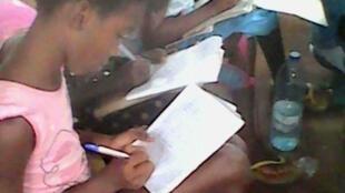 Crianças duma escola na Guiné Bissau, onde professores terminam greve, mas alunos não voltam às aulas