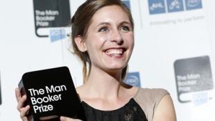 """Eleanor Catton, laureate du Man Booker Prize 2013 pour son livre """"The Luminaries"""", le 15 octobre 2013."""