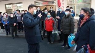 Le président chinois Xi Jinping inspecte le nouveau travail de prévention et de contrôle des coronavirus dans la communauté d'Anhuali à Pékin, Chine, le 10 février 2020.