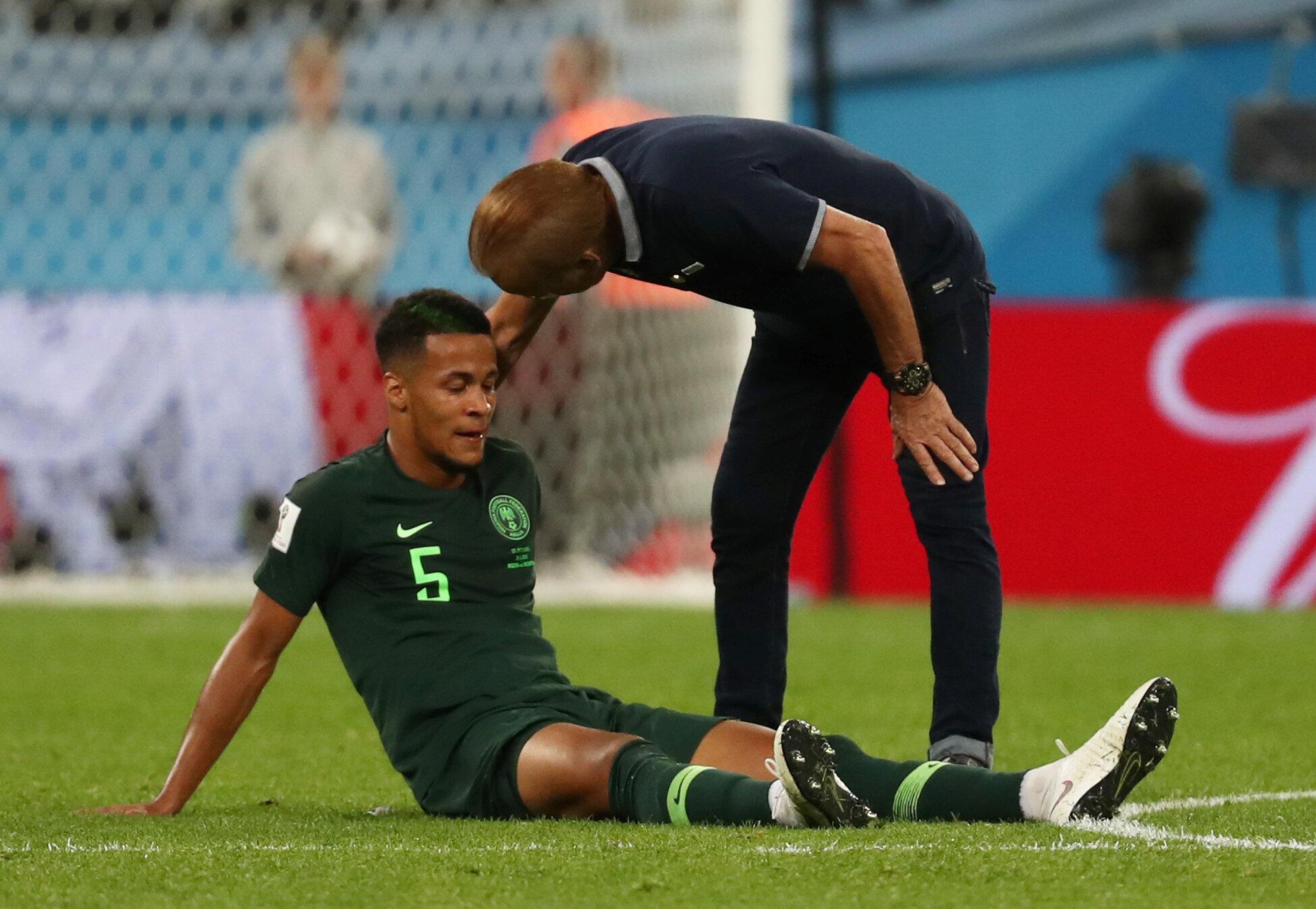 Le Nigérian William Troost-Ekong à terre, après la défaite 2-1 face à l'Argentine, en Coupe du monde 2018.