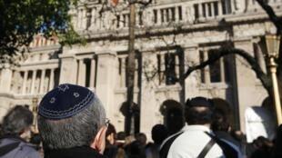 در بیستمین سالگرد انفجار مرکز یهودیان بوئنوس آیرس، بازماندگان قربانیان این حادثه در مقابل کاخ دادگستری اجتماع کردند. ١٨ ژوئیه ٢٠١٤ .