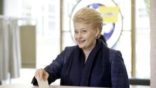 Vilnius, le 11 mai 2014. Dalia Grybauskaite glisse son bulletin dans l'urne, au premeir tour de l'élection présidentielle lituanienne, dont elle est sortante et grande favorite.