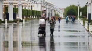 Des passants dans une rue de Moscou le 1er juin 2020.