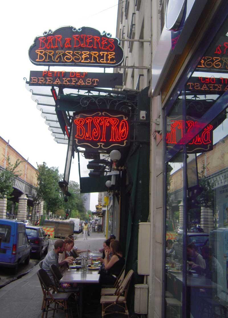 巴黎小酒館的招牌。