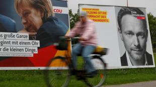 Một áp phích tranh cử Quốc Hội Đức, với hình lãnh đạo đảng Tự Do Dân Chủ FDP 38 tuổi, ông Christian Lindner (P) và thủ tướng Angela Merkel, ứng cử viên đảng CDU.