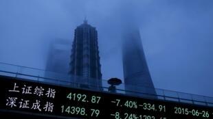 Kinh tế Trung Quốc bỗng trở nên u ám trong tháng Bảy với những chỉ số chứng khoán tại Thị trường Thượng Hải và Thẩm Quyến liên tục lao dốc.
