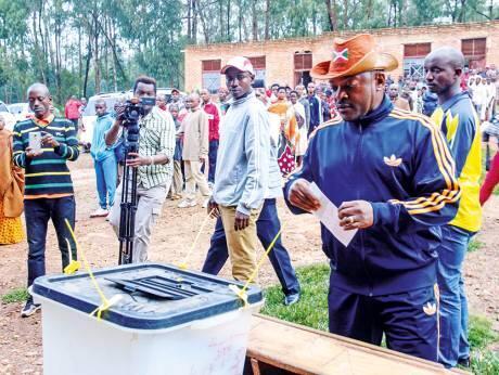 Rais wa Burundi Pierre Nkurunziza akishiriki zoezi la upigaji kura ya maoni kuhusu marekebisho ya katiba Mei 17 2018