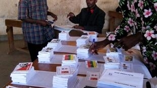 Le personnel du bureau de vote de Bujumbura au Burundi le 24 mai 2010.