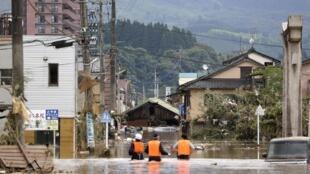Equipos de socorro buscan a habitantes bloqueados por las inundaciones en Hitoyoshi, 4 de julio de 2020.
