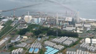 Vue aérienne de la centrale nucléaire sinistrée de Fukushima-Daiichi avec les réservoirs d'eau contaminés au premier plan. Photo prise le 20 août 2013.