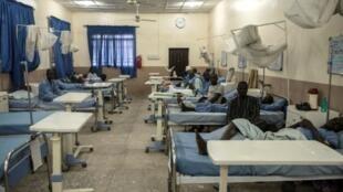 Algunos de los supervivientes del bombardeo por error del ejército nigeriano contra un campo de refugiados se recuperan en un hospital en Maiduguri el 18 de enero de 2017