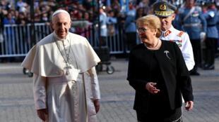 """No puedo dejar de manifestar el dolor y la vergüenza que siento ante el daño irreparable causado a niños por parte de ministros de la Iglesia"""", dijo el papa en medio de fuertes aplausos en el palacio de La Moneda."""