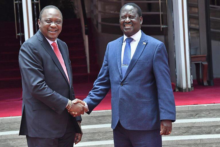 Rais wa Kenya Uhuru Kenyatta (kushoto) na kiongozi mkuu wa upinzani, Raila Odinga.