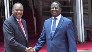 A gauche le président kenyan Uhuru Kenyatta et Raila Odinga, leader du parti d'opposition (NASA), le 9 mars 2018 à Nairobi, au Kenya.
