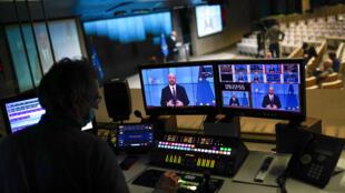 O presidente do Conselho Europeu, Charles Michel, em video-conferência com o Diretor Geral da Organização Mundial da Saúde, Tedros Adhanom Ghebreyesus, na sede do Conselho Europeu em Bruxelas, na terça-feira, 30 de março de 2021.