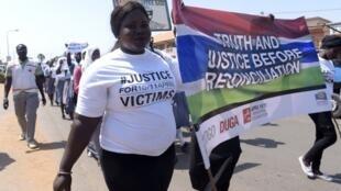 Marche ce 10 avril 2017 à Serekunda, en mémoire des victimes d'avril 2000.