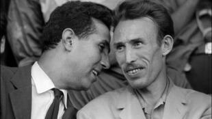 Ahmed Ben Bella (G) et Houari Boumédiène au stade municipal d'Alger, le 10 septembre 1962.
