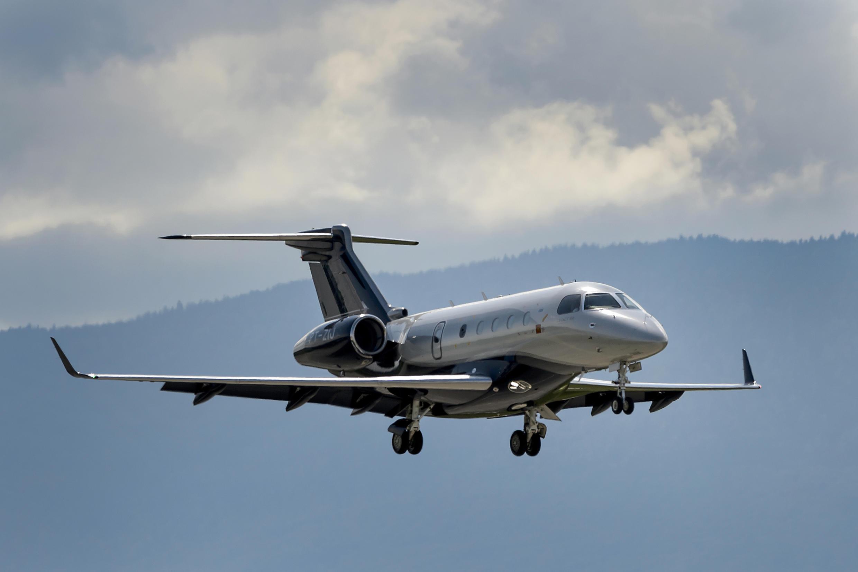 Um jato Embraer Legacy 450 atterrissa em Genebra.