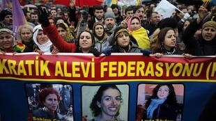 Milhares de curdos desfilaram em Paris, neste sábado 12/01/2013, para homenagear as três ativistas assassinadas na última quinta-feira.