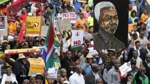 Maelfu ya Waafrika Kusini wakiandamana Johannesburg kueleza kupinga ubaguzi dhidi ya wageni, Aprili 23, 2015.