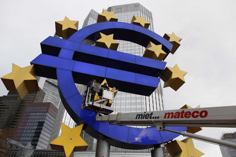 Devant la Banque centrale européenne, à Francfort, en Allemagne,le 6 décembre 2011. Le logo de la monnaie unique avait besoin d'entretien.