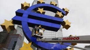 Biểu tượng đồng euro trước cửa Ngân Hàng Trung Ương Châu Âu, Francfort, Đức.