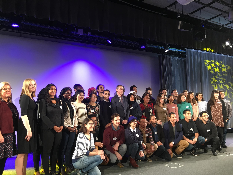 Jóvenes científicos con el presidente de Universcience, Bruno Maquart.